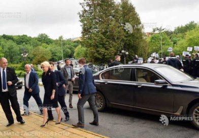 Viorica Dăncilă întâmpinată de protestatari la spitalul din Târgu Mureş
