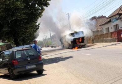 (Foto si video) Incendiu autobuz in municipiul Tarnaveni, str. Armatei. Toti pasagerii s-au autoevacuat